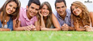 Amigas, lidé na trávě