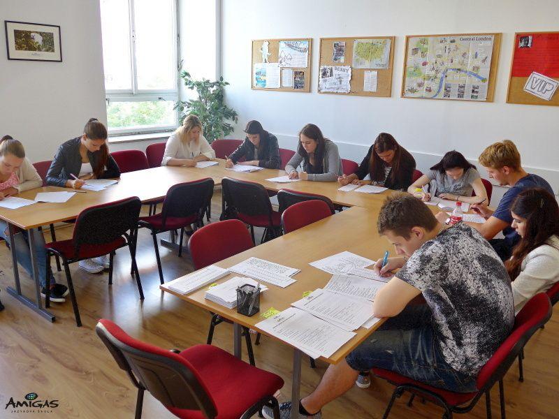 Písemné otestování studentů do pomaturitního studia.