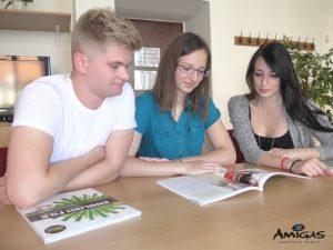 Vzájemná spolupráce studentů při výukách.