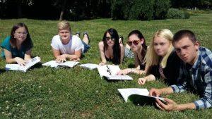 Zábavné studium angličtiny v parku.